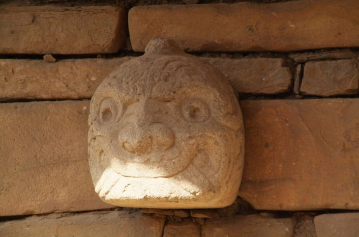 Head of a deity anchored in the wall