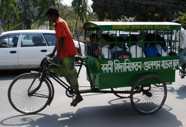 In addition to school buses for longer distances, these school rickshaws also operate for the transport of elementary and middle school students.
