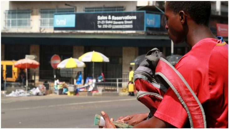 Money changers on the street in Freetown