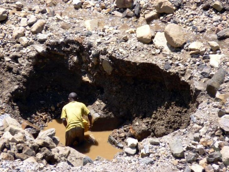 Workers in a coltan and wolframite mine - Walungu region in Eastern Congo